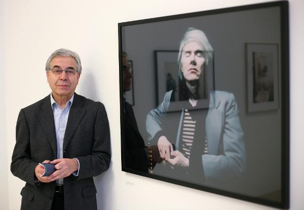 Fotograf Timm Rautert steht am Donnerstag (22.11.2007) im Sprengel-Museum in Hannover in der Ausstellung